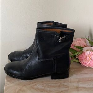 Leather moto boots with buckle